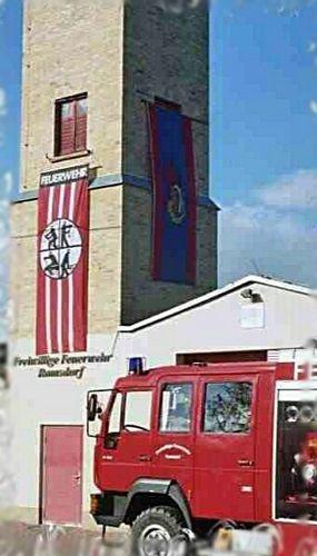 Das LF 8/6 der Ortsfeuerwehr Ramsdorf vor dem Gerätehaus mit Schlauchturm.
